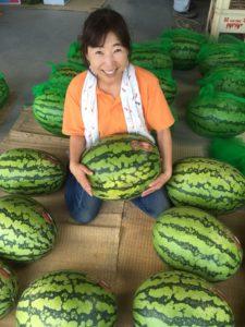 収穫した入善ジャンボ西瓜を抱える寺田社長